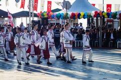 Roemeense Volksdansers op Nationale Soevereiniteit en Kinderen` s Dag - Turkije Stock Foto's