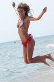 Roemeense vrouw met bikini in Helleens strand royalty-vrije stock fotografie