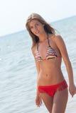 Roemeense vrouw met bikini in Helleens strand stock afbeeldingen