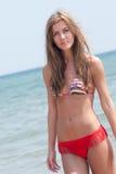 Roemeense vrouw met bikini in Helleens strand royalty-vrije stock afbeeldingen