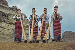 Roemeense vrouwelijke tulnic spelers stock foto's