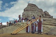 Roemeense vrouwen die tulnic spelen royalty-vrije stock afbeeldingen