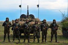 Roemenen militair met halfautomatisch geweer in militaire veelhoek in de Lente 15 van de oefeningswind Royalty-vrije Stock Fotografie
