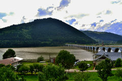 Roemenië - brug over een rivier Stock Afbeeldingen