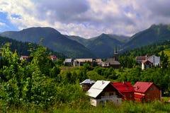 Roemenië - dorp in bergen Stock Afbeelding