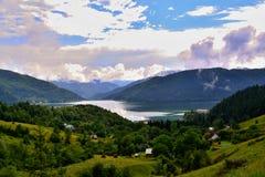 Roemenië - meer in groene vallei Royalty-vrije Stock Foto's