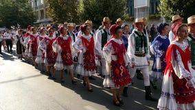 ROEMENIË, TIMISOARA - 5 JULI, 2018: Groep dansers van Roemenië in traditioneel kostuum huidig bij het internationale volksfestiva stock footage
