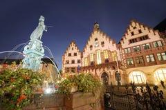 Roemer старый городок Франкфурта на ноче стоковые изображения rf