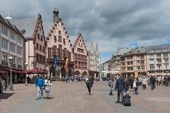 Roemerberg的人们在法兰克福,德国摆正 免版税库存图片