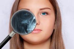 Roentgen διαλογή με μια ενίσχυση - γυαλί, fase μιας νέας γυναίκας στοκ εικόνες με δικαίωμα ελεύθερης χρήσης