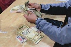 Roepiebankbiljetten voor auto en gids in Sikkim, India Royalty-vrije Stock Fotografie