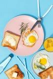 Roereieren, beboterde toosts en dranken op een blauwe lijst Ontbijt hoogste mening royalty-vrije stock fotografie