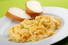 Roereieren en brood met boter Stock Foto