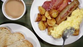 Roereieren met bacon en worstontbijt stock videobeelden