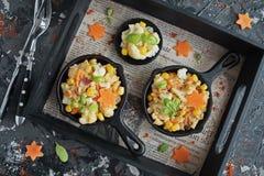 Roereieren met bloemkool, wortelen en verse Basi Royalty-vrije Stock Afbeeldingen
