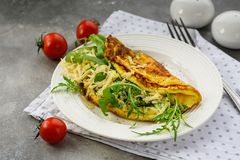 Roereieren met spinazie stock foto's