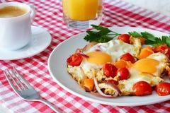 Roereieren met tomaten, koffie en jus d'orange stock fotografie