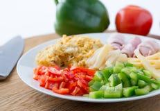 Roereieren met verse groenten, olijven en asperge op wh royalty-vrije stock afbeelding