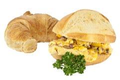 Roereieren op een broodje met croissant Stock Foto's