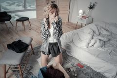 Roerende vrouw die overhemd die van ex vriend dragen het ruiken stock fotografie