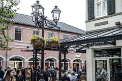 Roermond, Κάτω Χώρες 07 05 2017 άνθρωποι που περπατούν γύρω στην περιοχή εμπορικών κέντρων εξόδου σχεδιαστών MC Άρθουρ Glen Στοκ Εικόνες