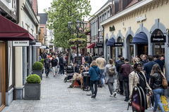 Roermond, Κάτω Χώρες 07 05 2017 άνθρωποι που περπατούν γύρω στην περιοχή εμπορικών κέντρων εξόδου σχεδιαστών MC Άρθουρ Glen Στοκ φωτογραφία με δικαίωμα ελεύθερης χρήσης