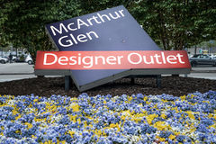 Roermond, Κάτω Χώρες 07 05 2017 λογότυπο σημαδιών εισόδων μεταξύ των fowers της περιοχής αγορών εξόδου σχεδιαστών MC Άρθουρ Glen Στοκ Φωτογραφίες
