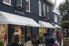 Roermond Κάτω Χώρες 07 05 2017 λογότυπο του καταστήματος πολυτέλειας της Prada στην περιοχή αγορών εξόδου σχεδιαστών MC Άρθουρ Gl Στοκ Φωτογραφίες