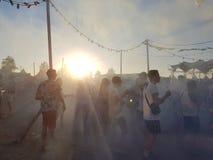 Roermond, οι Κάτω Χώρες - 24 Αυγούστου 2018: φεστιβάλ χορού ηλιακό Ανατολή και ομίχλη, χορεύοντας ευτυχείς νέοι, μπλε ορίζοντας στοκ φωτογραφία