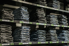 Roermond, Нидерланды 07 05 2017 стогов голубых superslim джинсов на выходе дизайнера Mc Артура Глена магазина Garcia Стоковые Изображения