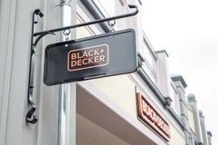 Roermond, die Niederlande 07 05 Logo Sign 2017 des Schwarzen und des Decker Store Mc Arthur Glen-Designer-Outlet-Einkaufsviertels Stockfotos