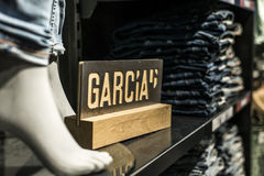 Roermond, die Niederlande 07 05 2017 Stapel-blaue superslim Jeans am Garcia-Speicher mit Logo Mc Arthur Glen Designer-Ausgang Lizenzfreies Stockfoto