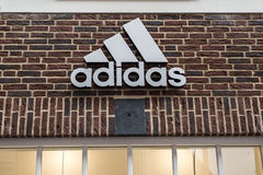 Roermond holandie 07 05 2017 logo Adidas cegły domu sklep w Mc Arthur roztoki projektanta ujściu robi zakupy teren Zdjęcie Stock