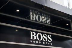 Roermond, holandie 07 05 2017 logo i sklep Hugo Boss Przechujemy Mc Arthur roztoki projektanta ujście robi zakupy teren Zdjęcie Royalty Free