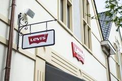 Roermond holandie 07 05 2017 logo Levis Levi cajgów sklep w Mc Arthur roztoki projektanta ujściu robi zakupy teren Zdjęcia Stock