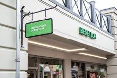 Roermond, holandie 07 05 2017 logo Zlani kolory Benetton sklepu Mc Arthur roztoki projektanta ujście robi zakupy teren Obraz Royalty Free