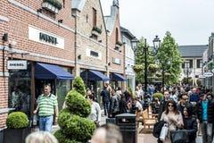 Roermond, holandie 07 05 2017 ludzi chodzi wokoło przy Mc Arthur roztoki projektanta ujścia centrum handlowego terenem zdjęcie stock