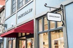 Roermond Nederländerna 07 05 Logo 2017 av det Longchamp lagret i Mcen Arthur Glen Designer Outlet som shoppar område Royaltyfri Fotografi