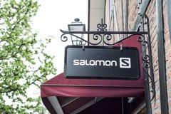 Roermond Nederländerna 07 05 Logo 2017 av det Salomon sportlagret i Mcen Arthur Glen Designer Outlet som shoppar område Royaltyfria Foton
