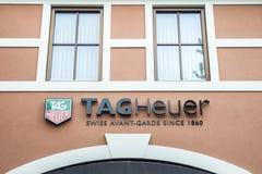 Roermond Nederländerna 07 05 Logo 2017 av det TagHeuer klockalagret i Mcen Arthur Glen Designer Outlet som shoppar område Royaltyfria Foton