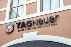 Roermond Nederländerna 07 05 Logo 2017 av det TagHeuer klockalagret i Mcen Arthur Glen Designer Outlet som shoppar område Royaltyfri Fotografi