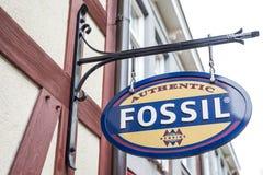 Roermond Nederländerna 07 05 Logo 2017 av fossilkläderlagret i Mcen Arthur Glen Designer Outlet som shoppar område Royaltyfri Fotografi