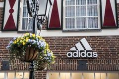 Roermond Nederländerna 07 05 Logo 2017 av lagret för adidas tegelstenhus i Mcen Arthur Glen Designer Outlet som shoppar område Royaltyfri Fotografi