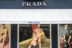 Roermond Nederländerna 07 05 Logo 2017 av Prada det lyxiga lagret i Mcen Arthur Glen Designer Outlet som shoppar område Arkivbild