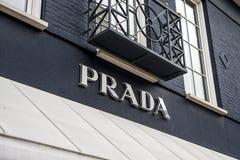 Roermond Nederländerna 07 05 Logo 2017 av Prada det lyxiga lagret i Mcen Arthur Glen Designer Outlet som shoppar område Royaltyfri Foto