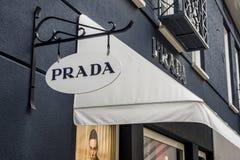 Roermond Nederländerna 07 05 Logo 2017 av Prada det lyxiga lagret i Mcen Arthur Glen Designer Outlet som shoppar område Royaltyfria Foton