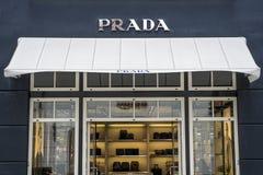 Roermond Nederländerna 07 05 Logo 2017 av Prada det lyxiga lagret i Mcen Arthur Glen Designer Outlet som shoppar område Arkivfoton