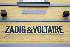 Roermond Nederländerna 07 05 Logo 2017 av Zadig och den Voltaire Store Mc Arthur Glen formgivaren Outlet som shoppar område Arkivfoton