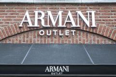 Roermond Nederländerna 07 05 Logoen 2017 och shoppar av det Armani lagret Mc Arthur Glen Designer Outlet som shoppar område Arkivbilder