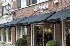 Roermond Nederländerna 07 05 Logoen 2017 och shoppar av det Armani lagret Mc Arthur Glen Designer Outlet som shoppar område Royaltyfri Bild